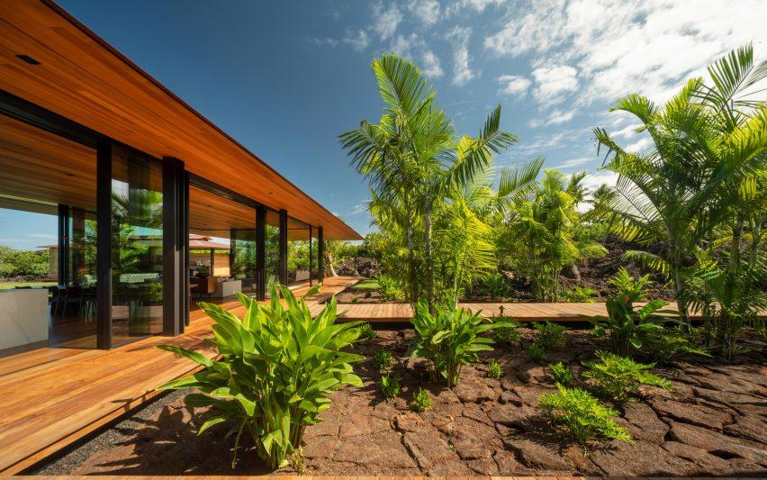 Дом Olson Kundig Хейла Лана возвышается над лавовым полем на Гавайях