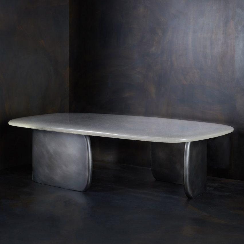Джон Помп проектирует стеклянный стол ручной работы, похожий на лужу воды