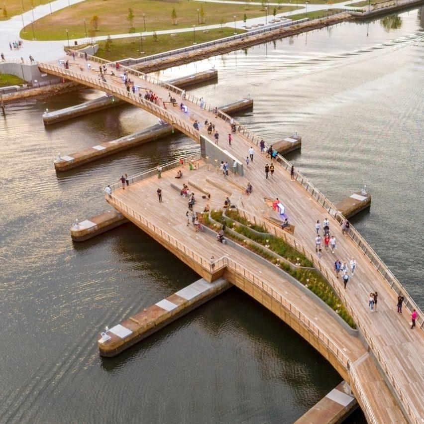 Изогнутый пешеходный мост соединяет два речных парка в Провиденсе