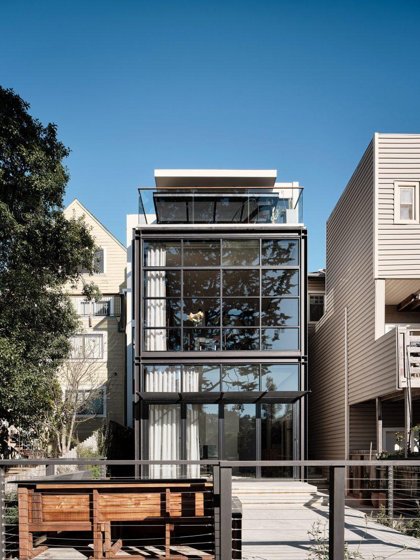 Окна с черной решеткой образуют дом на Уолл-стрит в Сан-Франциско