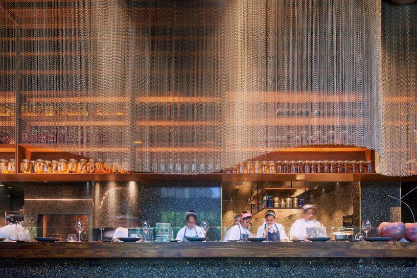 Ресторан Qualia в Мумбаи украшен эффектными бронзовыми шторами из кольчуги