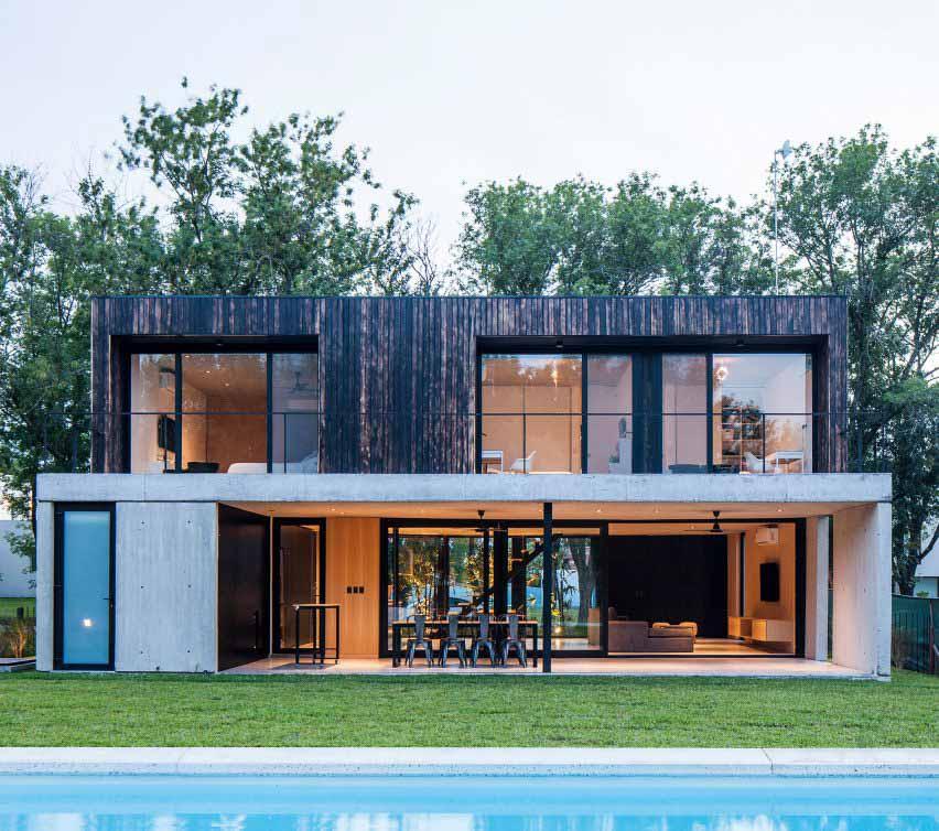 Черный дом от V2 Arquitectos контрастирует обгоревшее дерево с бетоном