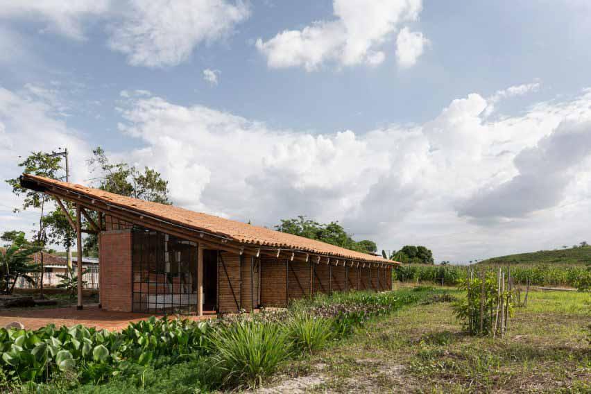 Ruta 4 строит швейную фабрику в сельской местности Колумбии из бамбука