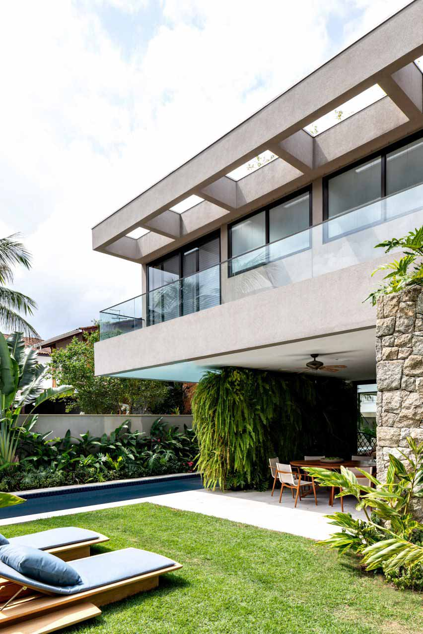Стеклянные стены раскрывают пышную зелень вокруг House NK в бразильском пляжном городке