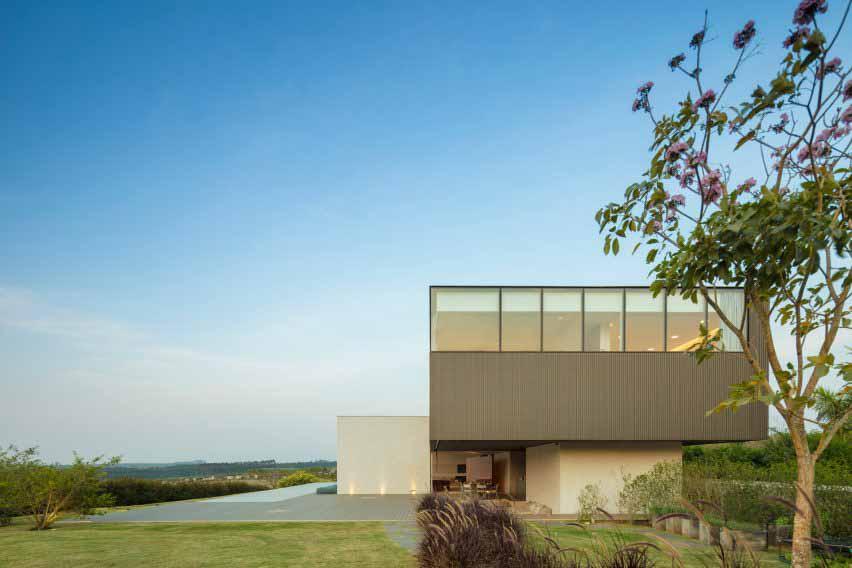 Studio Arthur Casas — зеленая крыша на бразильском доме с полем для гольфа