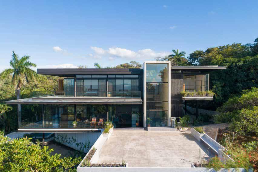 Дом в Коста-Рике, обшитый обугленным тиковым деревом, с видом на Тихий океан