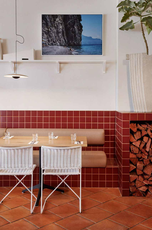Обгоревшая красная плитка и гессианское украшение в ресторане Dough Pizza в Перте
