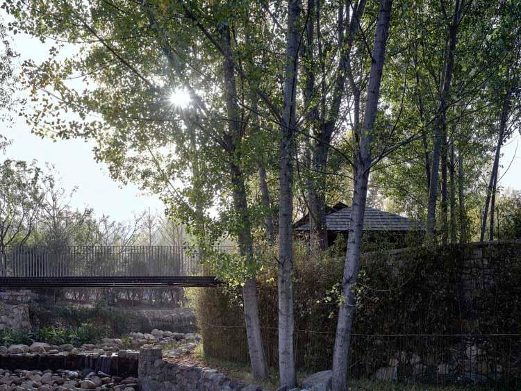 Деревянный мостик в качестве входа. Изображение © ZY Architectural Photography