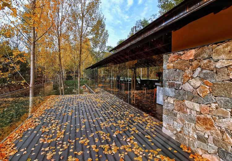 В меняющиеся времена года постройки находятся в симбиозе с природой. Изображение © Бинг Пан