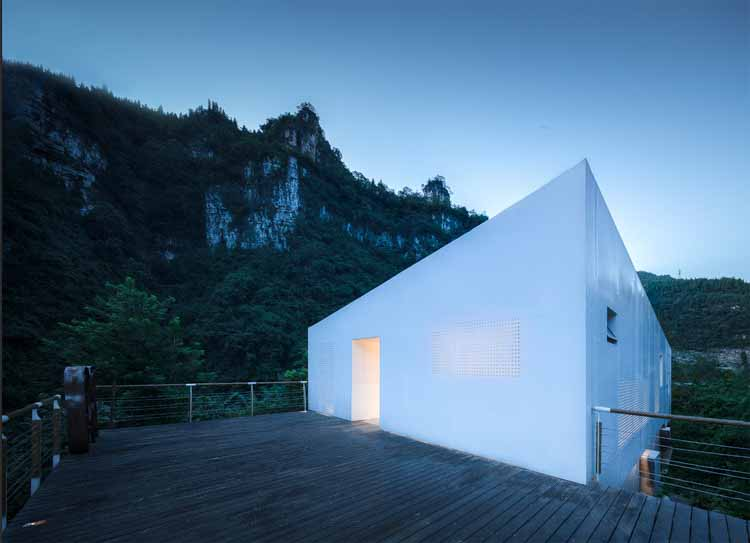 Перфорированный фасад. Изображение © arch-inbetween