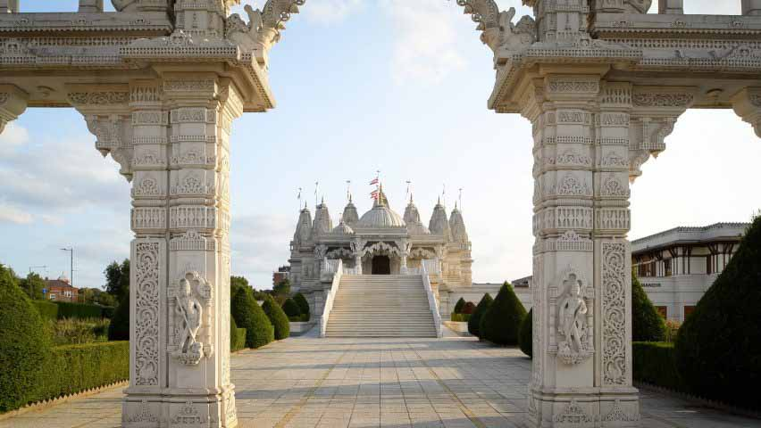 Храм Нисден построен из более чем 5000 тонн камня с ручной резьбой
