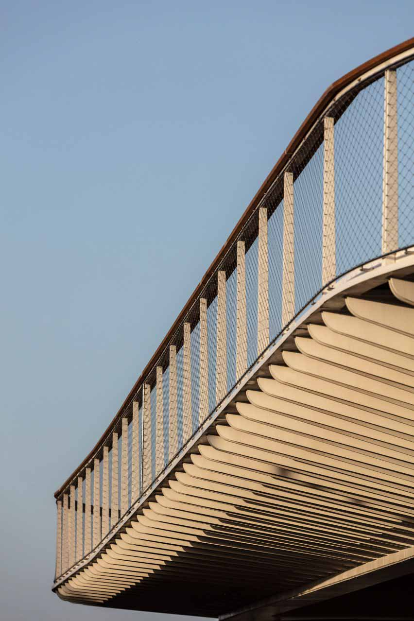 Детальный вид моста у Входных ворот Техниона, стоящего под ним