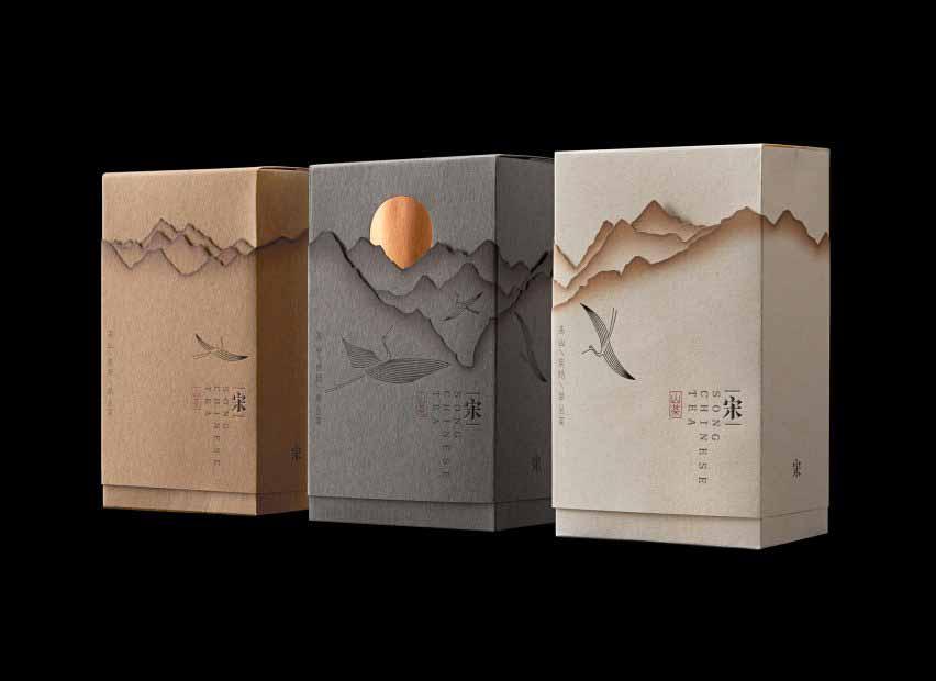 Линь Шаобинь изображает горы с обожженной бумагой для упаковки чая