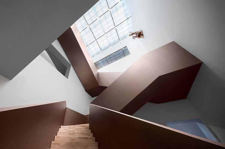парадная лестница активирует все пространства. Изображение © Qingshan Wu