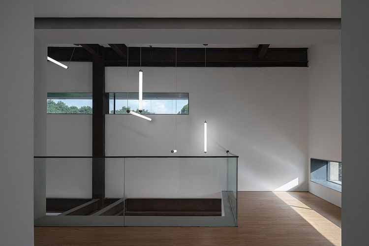 смотрит на атирам из выставочного зала. Изображение © Qingshan Wu