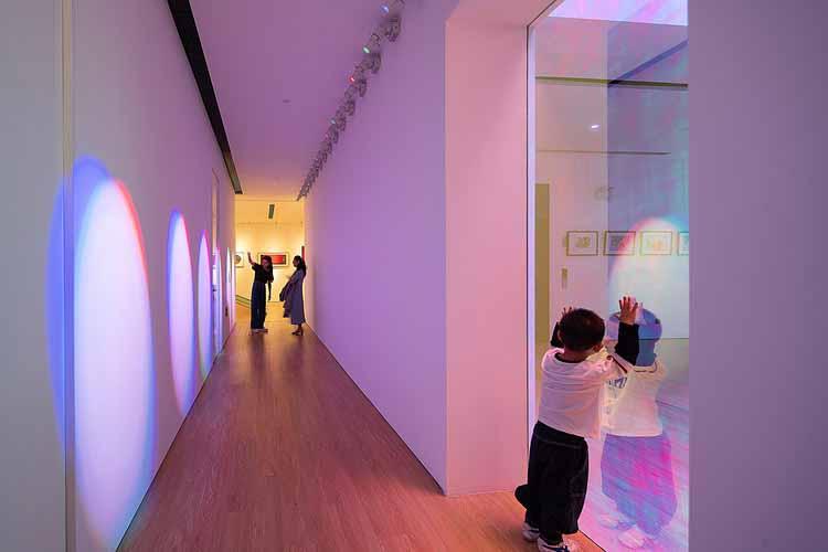 радужный проход из прожекторов. Изображение © Qingshan Wu