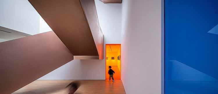 смотрит в выставочное пространство из атриума. Изображение © Qingshan Wu