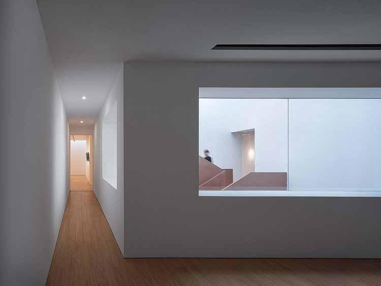 глядя на атриум из 2-го этажа. Изображение © Qingshan Wu