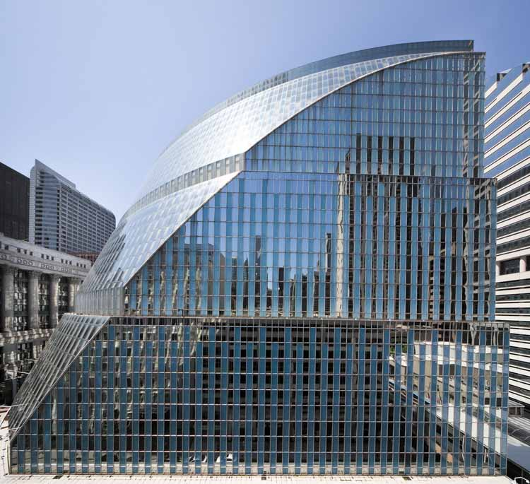 Здание выдолблено, чтобы подчеркнуть центральность и прозрачность правительства. Изображение © Rainer Viertlböck