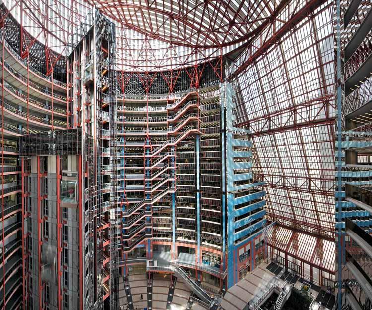 Внутренний атриум в полный рост Центра Томпсона, спроектированный Гельмутом Яном в 1985 году в Чикаго. Изображение © Rainer Viertlböck