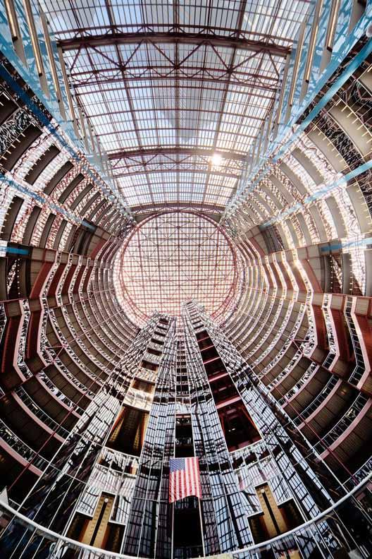 Здание увенчано срезанной цилиндрической короной и служит центральным световым люком над 17-этажной ротондой диаметром 160 футов ниже. Изображение © Rainer Viertlböck