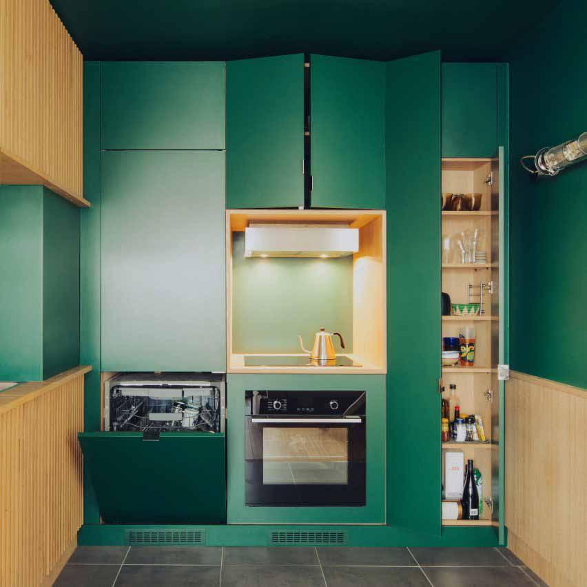 Зеленая кухня в парижской квартире