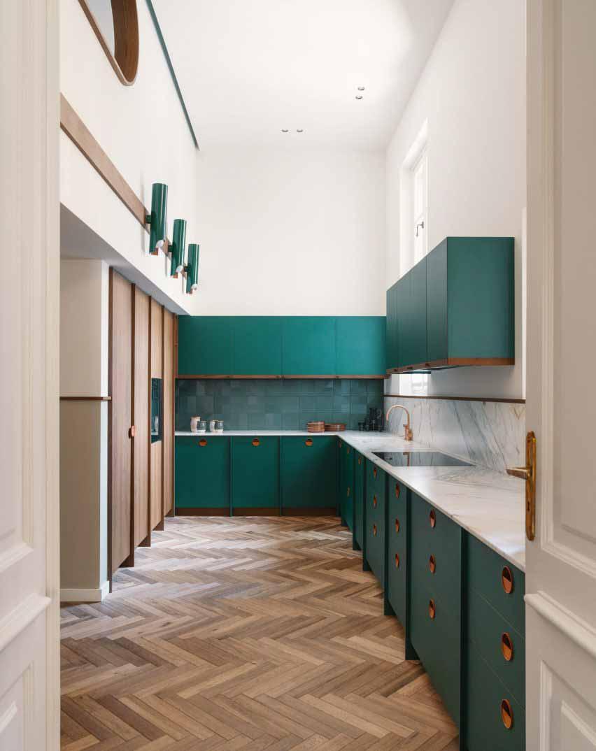Кухня с мебелью цвета морской волны