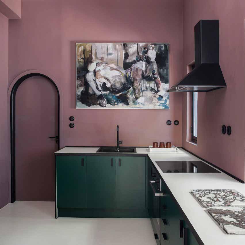 Сливово-фиолетовые стены кухни