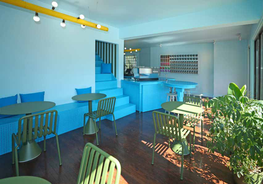 Зеленая мебель сочетается с комнатными растениями