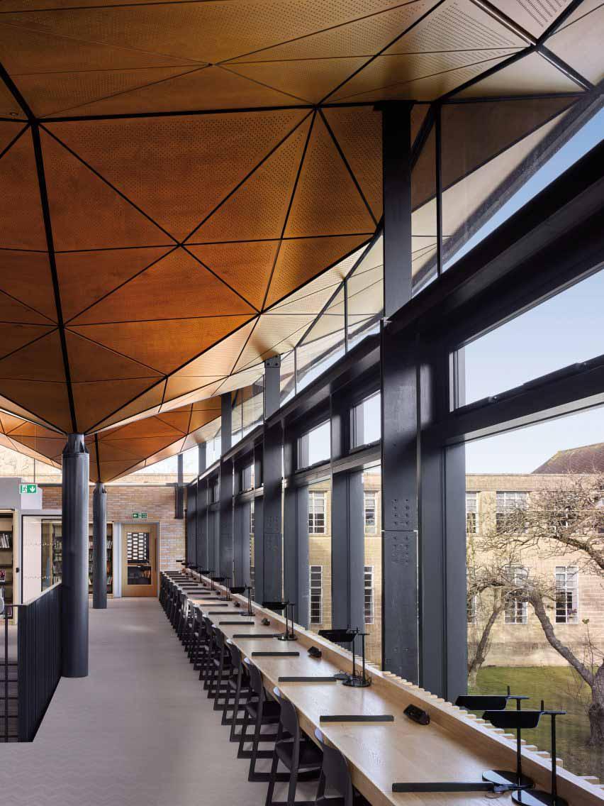 Геометрическая деревянная крыша подчеркивает интерьер дизайна