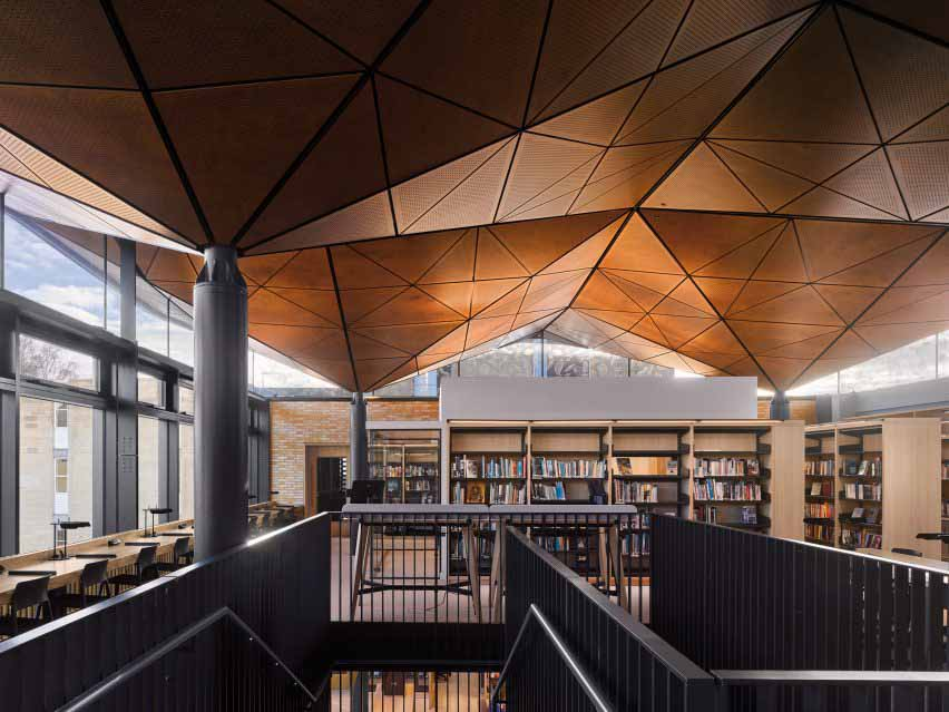 Геометрический потолок волнообразно поднимается над верхним уровнем