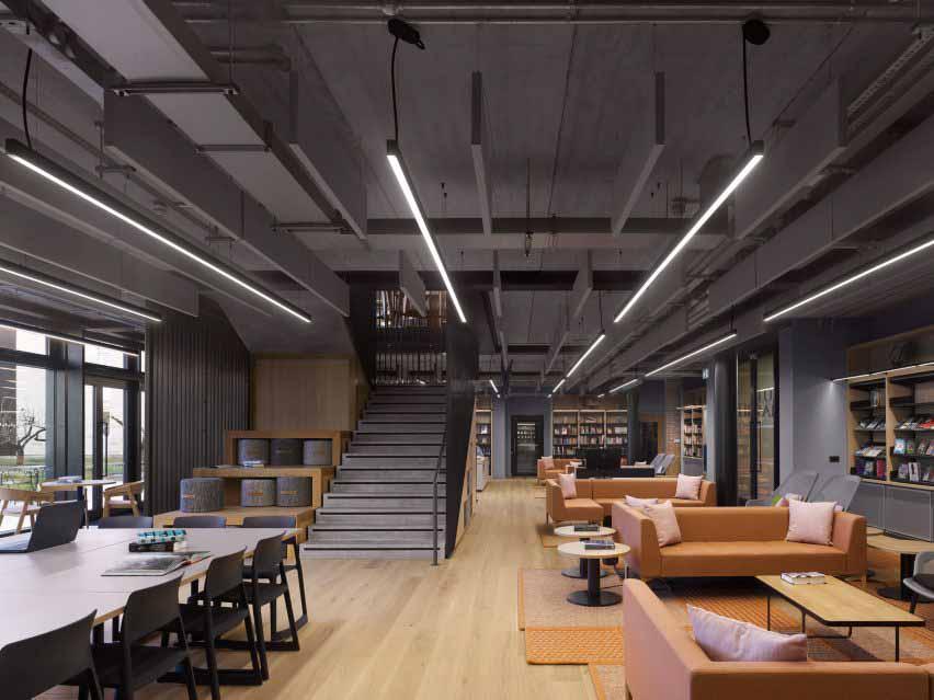 Диваны и зоны для групповой работы расположены на первом этаже.