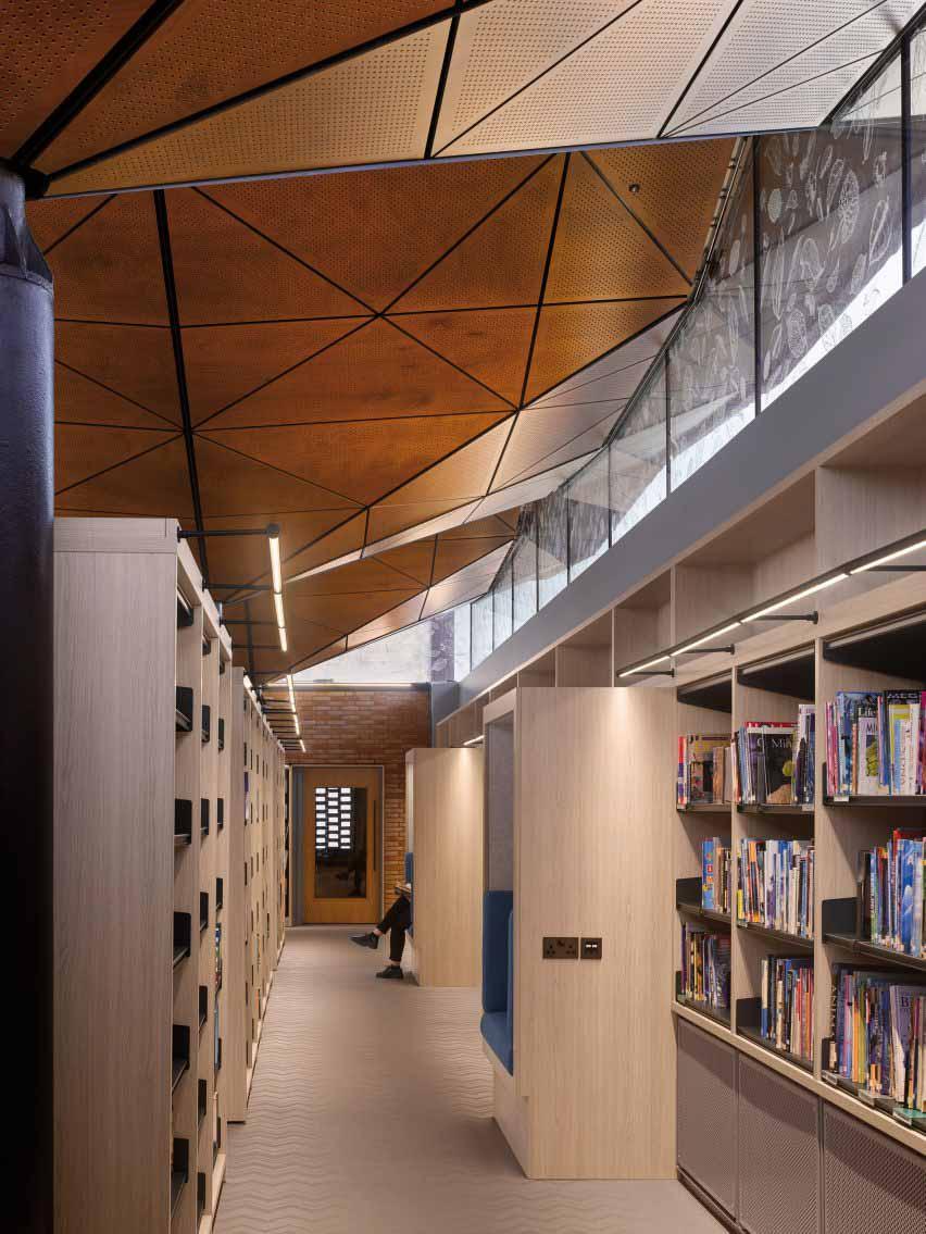 В формальной библиотеке есть места для чтения Вудса Багота.