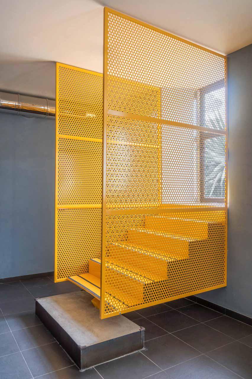 Желтая лестница в Tre De Tutto от Studio Tamat