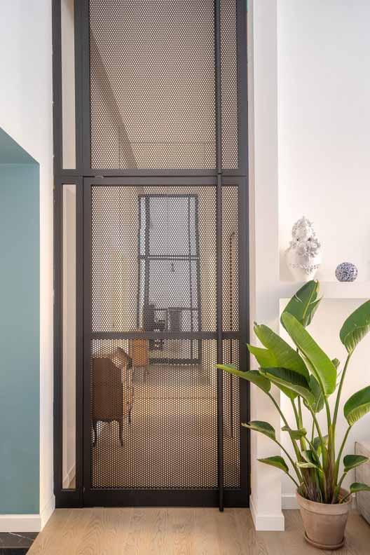 Эффектная межкомнатная распашная дверь из перфорированной стали. От Studio Tamat, с шарнирной петлей FritsJurgens System M. Изображение © FritsJurgens