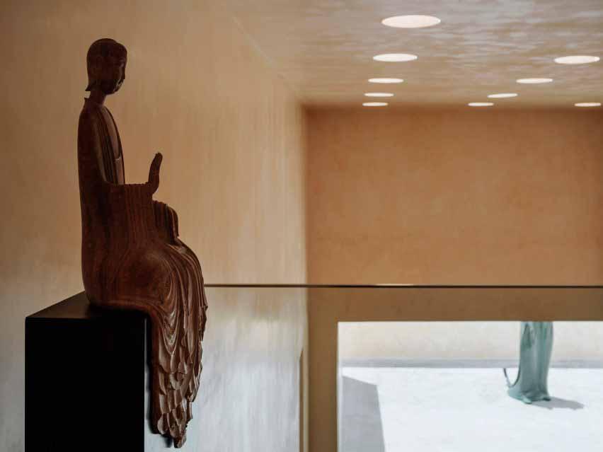 Статуя Будды в поле