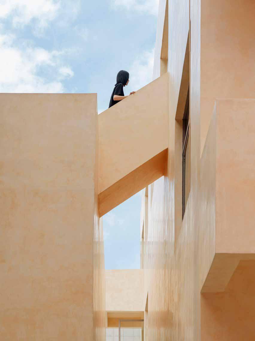 Наружная лестница соединяет два здания