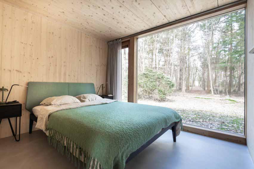 Спальня с окном от пола до потолка