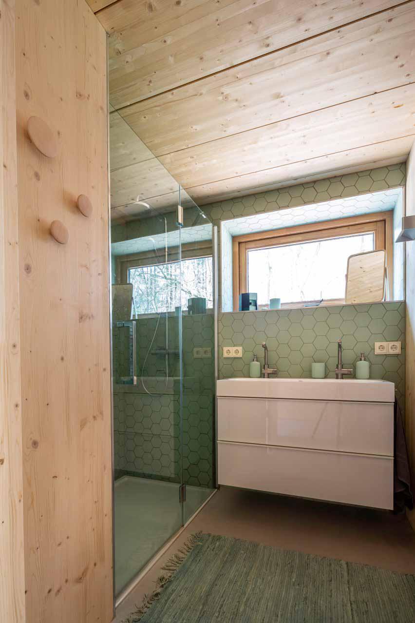 Деревянная ванная комната с зеленой плиткой