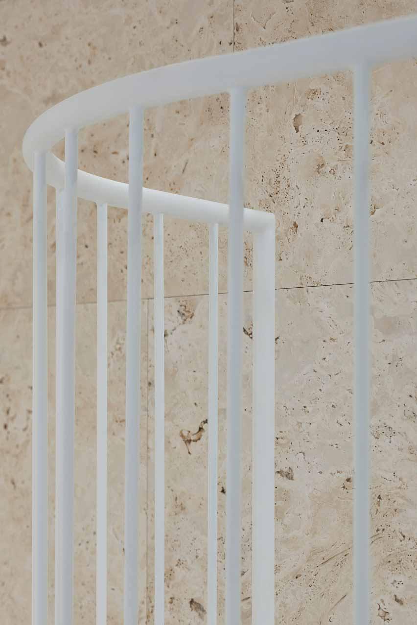 Стена из травертина и перила стальной лестницы в квартире в Вильнюсе от 2XJ