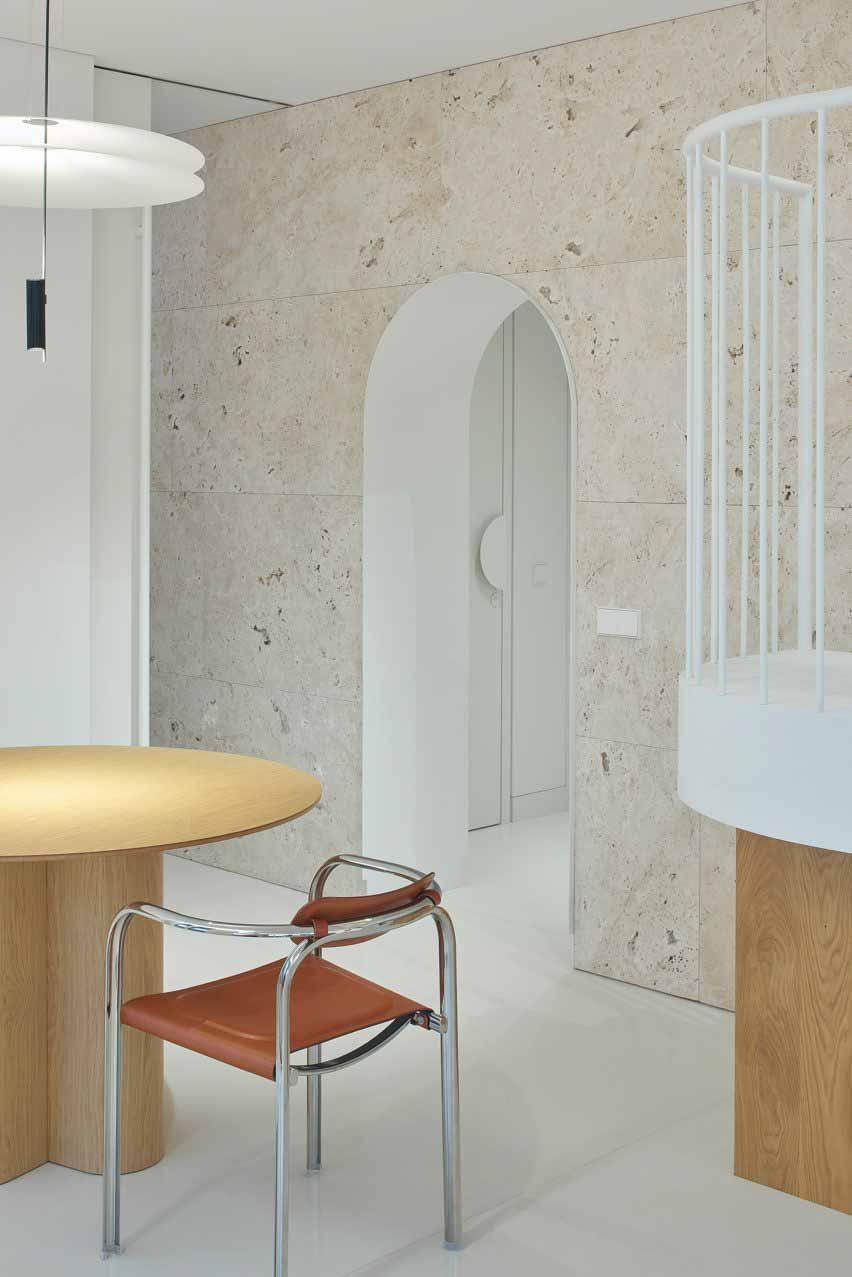 Арочная стена из травертина в квартире Привет из Рима