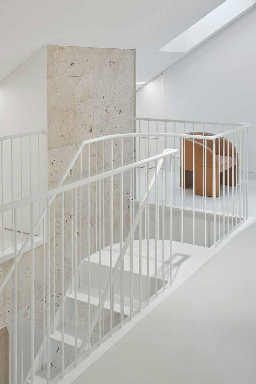 Белая стальная лестница в квартире в Вильнюсе от 2XJ