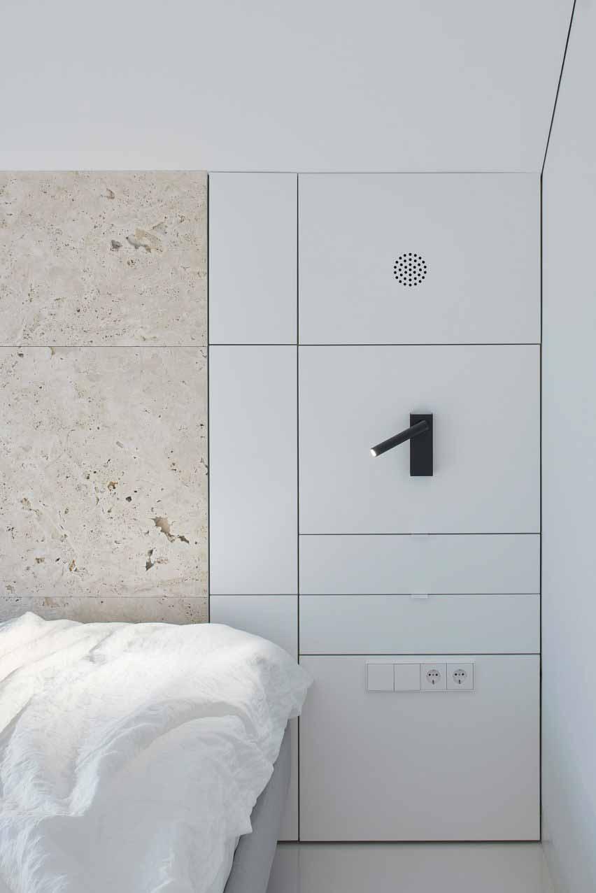 Спальня со встроенным освещением, кладовой и стеной из травертина в квартире Привет из Рима