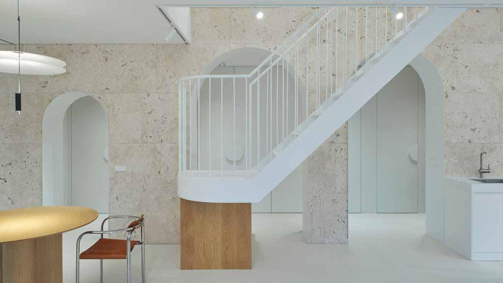 Арочная стена из травертина высечена в квартире в Вильнюсе от 2XJ