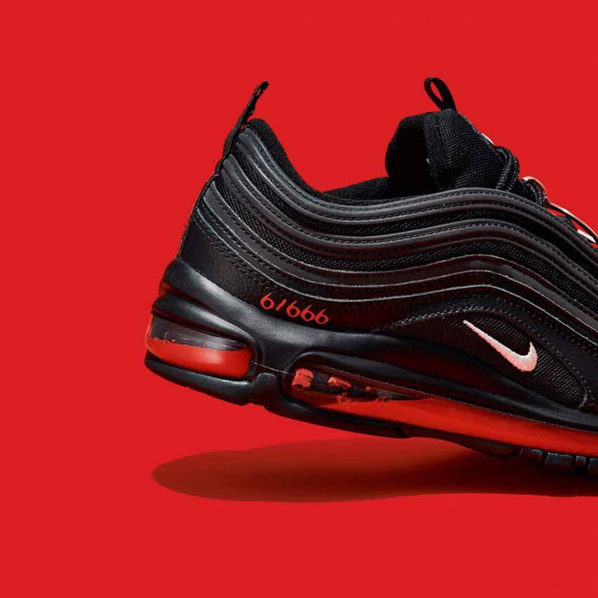 Кровь и красные чернила на подошвах обуви MSCHF x Lil Nas X