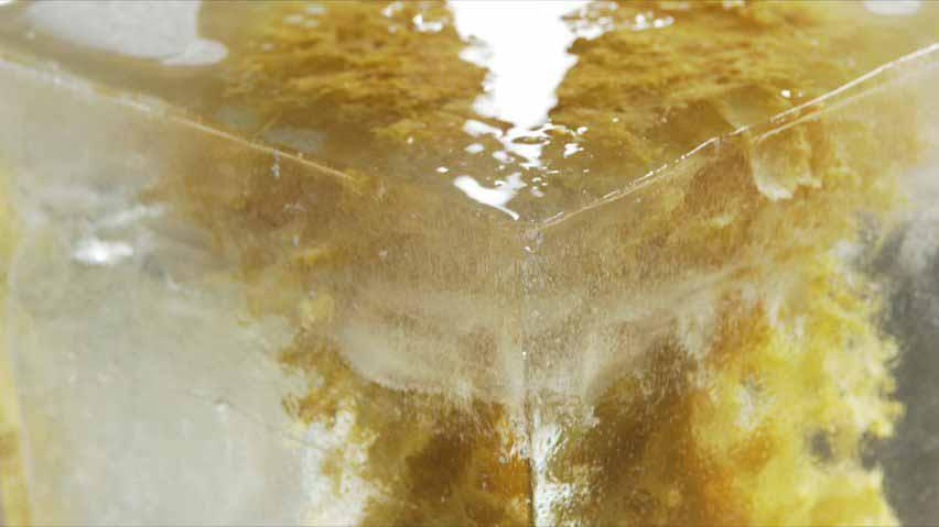 Крупный план 64 свечей в ледяном блоке