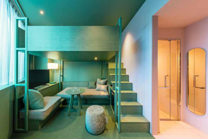 Красочные двухцветные спальни в отеле Токио