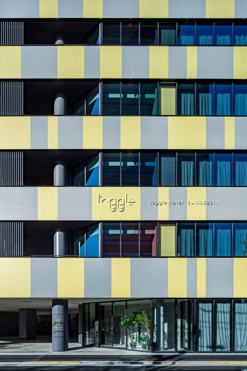 В отеле Toggle в Токио серо-желтые фасады