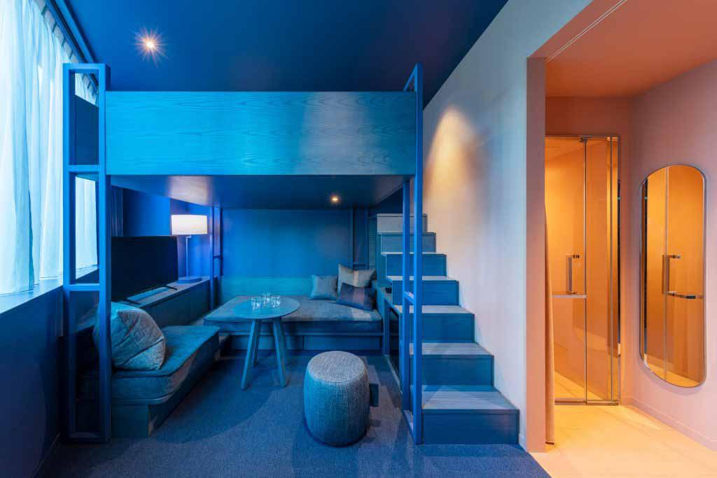Klein Dytham Architecture создает двухцветные комнаты в токийском отеле Toggle