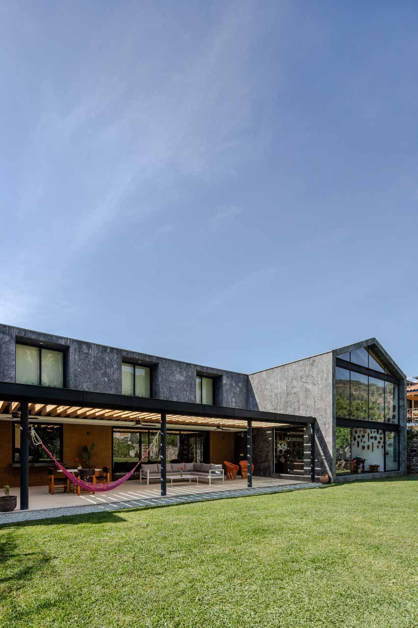 Casa Texcal от HGR Arquitectos IS Т-образный в плане